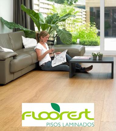 Mulher sentada no piso laminado Floorest no RJ